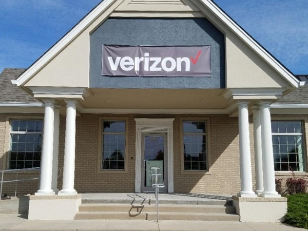 Verizon Wireless store located next to Wells Bank