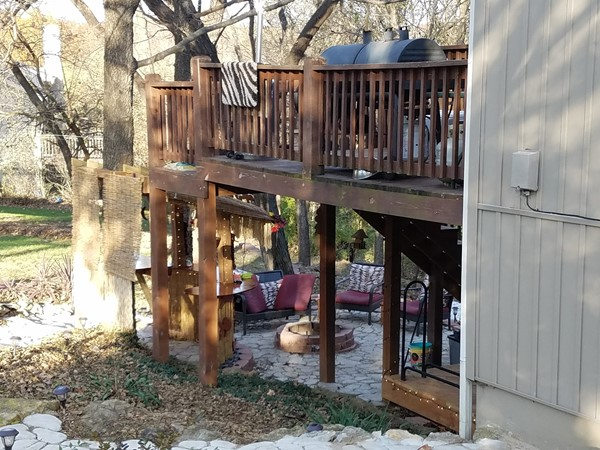 This backyard tiki bar and patio looks so cozy