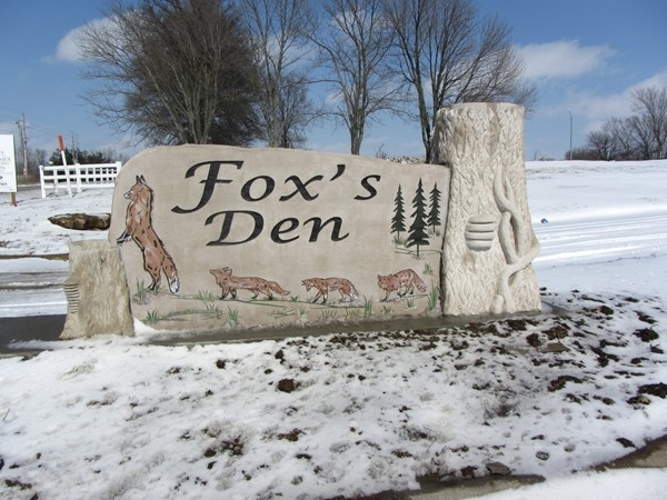 Entrance sign at Fox's Den in Peculiar