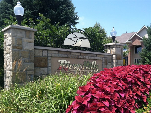 Prestigious River Hills homes feature private lots & great views.