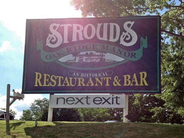 Stroud's Is A Favorite Family Style Restaurant In The Northland - Fried Chicken, Yum!