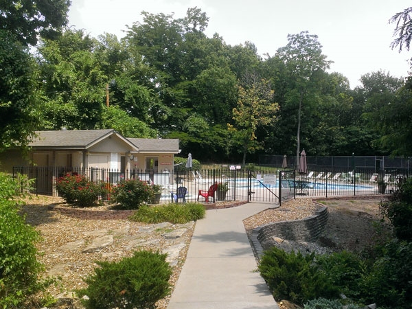 Pool, Hot Tub, and tennis facilities at the Woodlands in Gladstone
