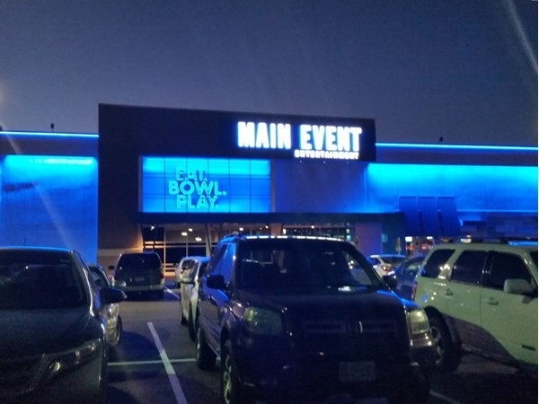 Eat, bowl and play at the Main Event in Independence