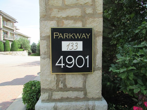 Entrance marker to Parkway 123