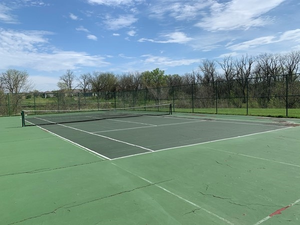 Falcon Lakes has tennis courts