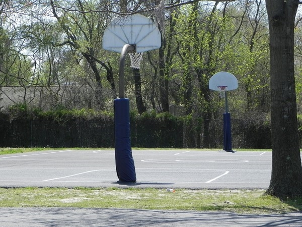 Basketball courts in Washington Lake Park