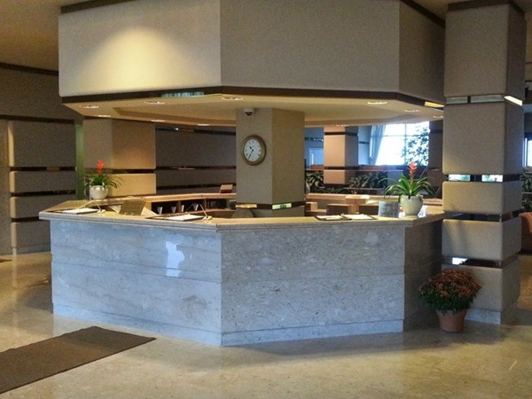 The Admiralty lobby is modern, well lit and has a 24 hour a day concierge desk.