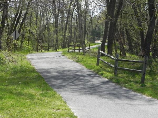 Jogging, biking, and walking trail in Washington Lake Park