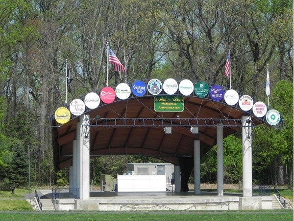 Warm weather brings nice event to the Washington Lake Park Ampitheater