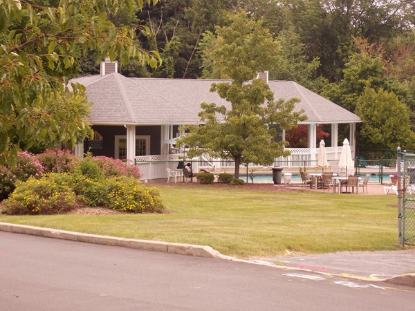 The clubhouse and pool at Cromwell Hills Commons