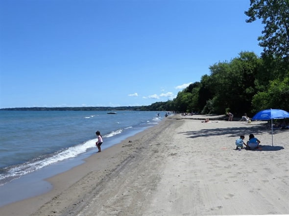 View to the east along the shoreline of Lake Ontario at the Durand Eastman Park