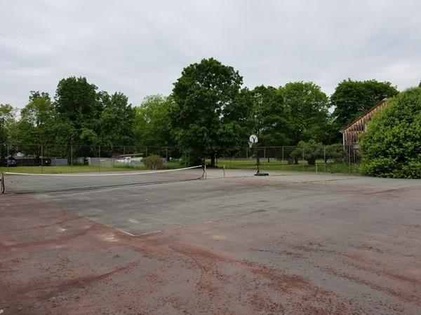 The tennis courts at Weathervane Condominium